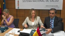 La exsubsecretaria de Sanidad, Consuelo Sánchez Naranjo; la exministra, Trinidad Jiménez, y el secretario general, José M. Olmos, en la sesión en la que fue aprobada la orden de precios.